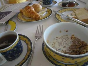 精致的餐具,新鲜的早餐